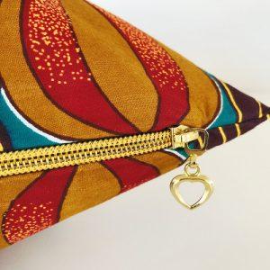 Flot guldfarvet lynlås på pude Malaka med blomsterknopper - fra Mitomito