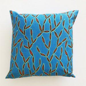 Kvadratisk pude 46*46 cm med flot koralmønster på blå baggrund - fra Mitomito