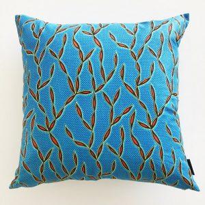 Kvadratisk pude Justine 58*58 cm med flot koralmønster på klar blå baggrund - fra Mitomito