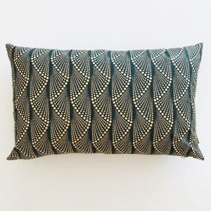 Aflang pude Masika Lux 39*64 cm med flot guirlande mønster på mørkegrøn baggrund - fra Mitomito