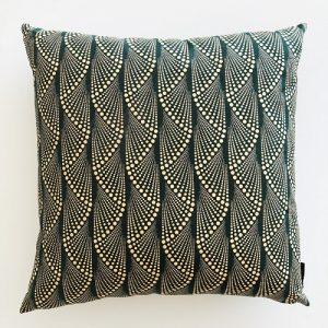 Kvadratisk pude Masika Lux 58*58 cm med flot guirlande mønster på mørkegrøn baggrund - fra Mitomito
