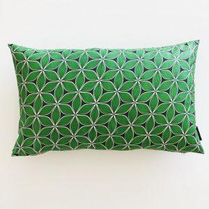 Aflang pude Zai 39*64 cm med flot mandala mønster på klar grøn baggrund - fra Mitomito