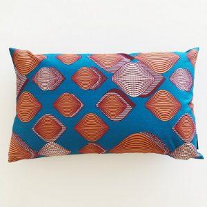 Aflang pude Adisa 39*64 cm med flot mønster på klar blå baggrund - fra Mitomito