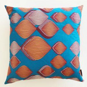Kvadratisk pude Adisa 58*58 cm med flot mønster på klar blå baggrund - fra Mitomito