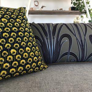 Grå sofa med mønstrede puder - fra Mitomito