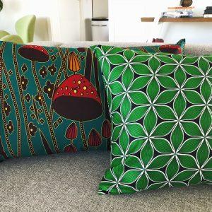 Mønstrede puder Kojo og Zai på grå sofa - fra Mitomito