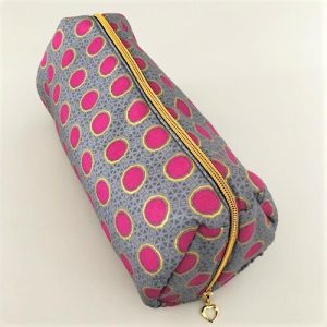 Toilettaske Fanny i flot grå farvet med pink prikker og guldglimmer - fra Mitomito