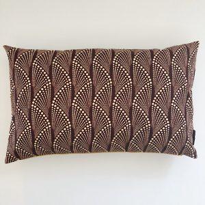 Pude Masika Fox med fint guirlande mønster på bordeaux baggrund - fra Mitomito