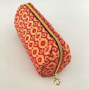 Makeup-pung Kendra i fint rødt, orange og hvidt mønster med guldglimmer - fra Mitomito