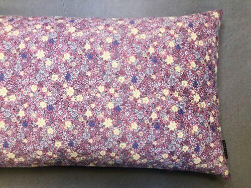 Pude Liva 50x90 cm med lyserødt blomsterprint fra Mitomito