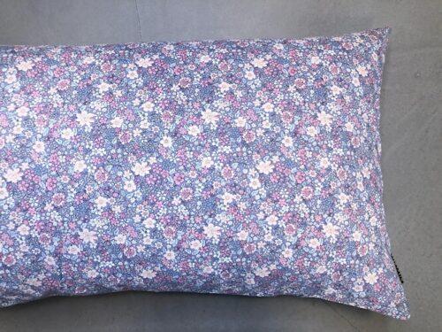 Pude Holly 50x90 cm i fint blomsterprint med grå bundfarve fra Mitomito