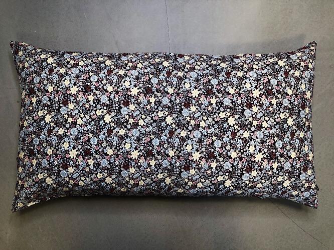 Pude Naya 50x90 cm i fint blomsterprint med brun bundfarve fra Mitomito