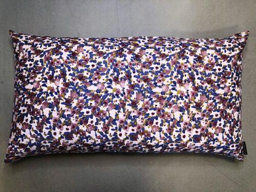 Pude Sina 50x90 cm i smukt abstrakt blomsterprint fra Mitomito