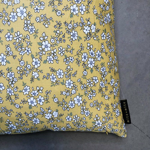 Pude Aya 50x50 cm i gult blomsterprint fra Mitomito